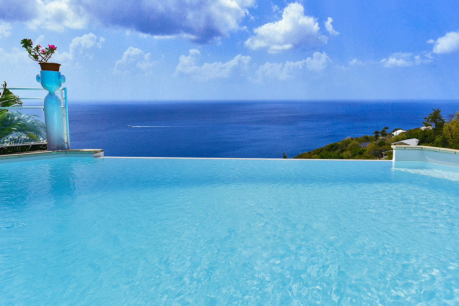 Villa VUE CARAIBE location Martinique Case Pilote piscine vue mer -
