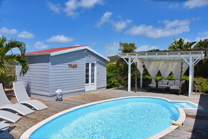 La piscine et son large deck pour se détendre
