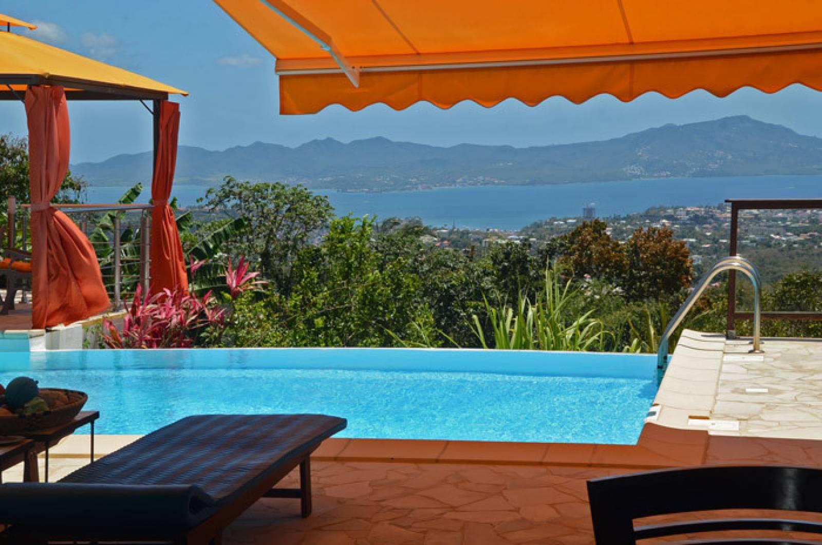 La piscine est face à la mer aux eaux cristallines Baignades, détente et farniente au prog...